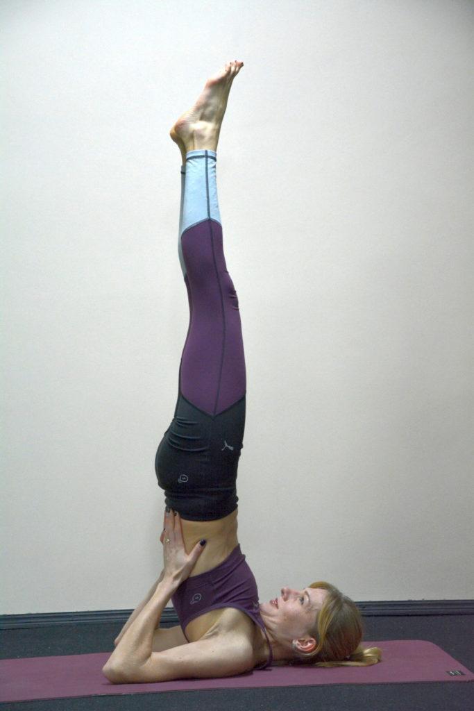 Сарвангасана — поза березки в йоге или стойка на плечах